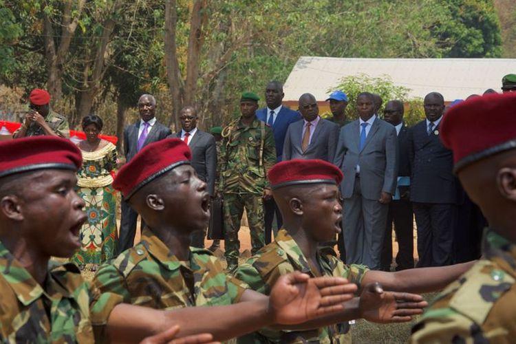 Personil tentara Republik Afrika Tengah saat upacara di kamp militer di Bangui, yang dihadiri Presiden Faustin-Archange Touadera, pada Februari 2018.
