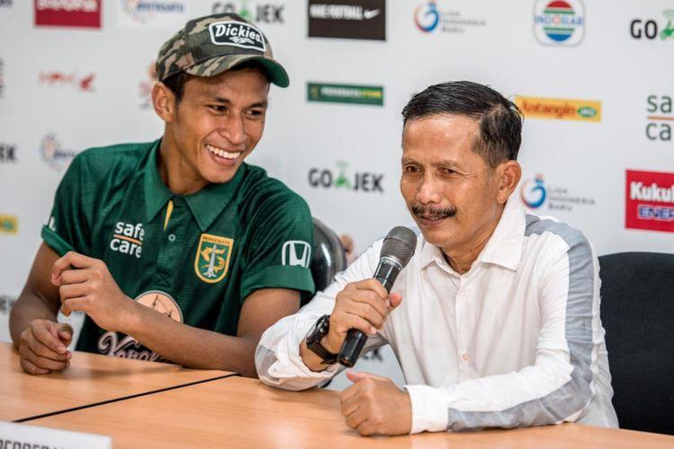 Pelatih Persebaya Surabaya, Djajang Nurdjaman bersama Osvaldo Haay dalam sesi jumpa pers di Stadion Gelora Bung Tomo, Surabaya.