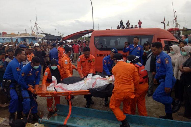 Potensi SAR saat mengevakuasi satu jenazah korban KMN Lang 01 yang tenggelam di muara Sungai Digoel, Minggu (27/1/2019)