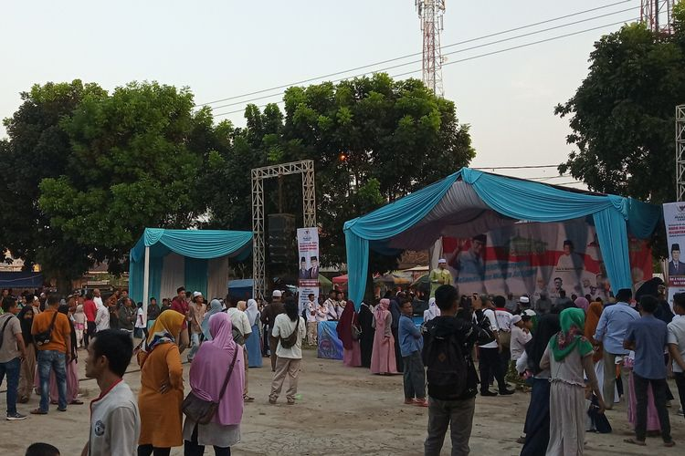 Sejumlah massa yang hadir di acara Bang Sandi Menyapa Relawan dan Warga Jonggol tampak membubarkan diri di  Kampung Menan, Kecamatan Jonggol, Kabupaten Bogor, Selasa (21/5/2019)