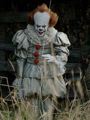 Badut Pennywise yang diperankan oleh Bill Skarsgard dalam film horor It. Film ini diadaptasi dari novel Stephen King berjudul sama yang diterbitkan pada 1990.