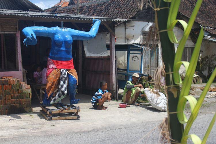 Seorang warga di Kampung Karang Tengah, Desa Glanggang, Kecamatan Pakisaji, Kabupaten Malang saat membuat Ogoh - ogoh untuk menyambut Hari Raya Nyepi 1940 Saka yang jatuh pada Sabtu (17/3/2018).