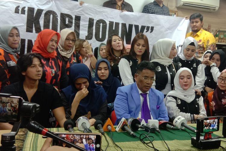 Fairuz  A Rafiq dan suaminya Sonny Septian didampangi kuasa hukumnya, Hotman Paris, ke Komnas Perempuan, Menteng, Jakarta Pusat, Senin (8/7/2019).