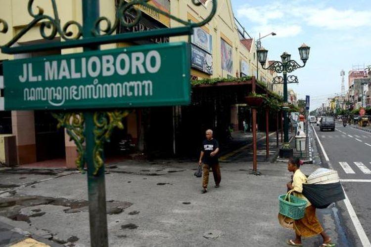 Pejalan kaki melintas di trotoar sisi timur Jalan Malioboro, Yogyakarta, Rabu (13/4). Pemberlakuan larangan penggunaan trotoar tersebut untuk tempat parkir kendaraan memungkinkan pejalan kaki dapat menggunakan fasilitas tersebut secara lebih nyaman.