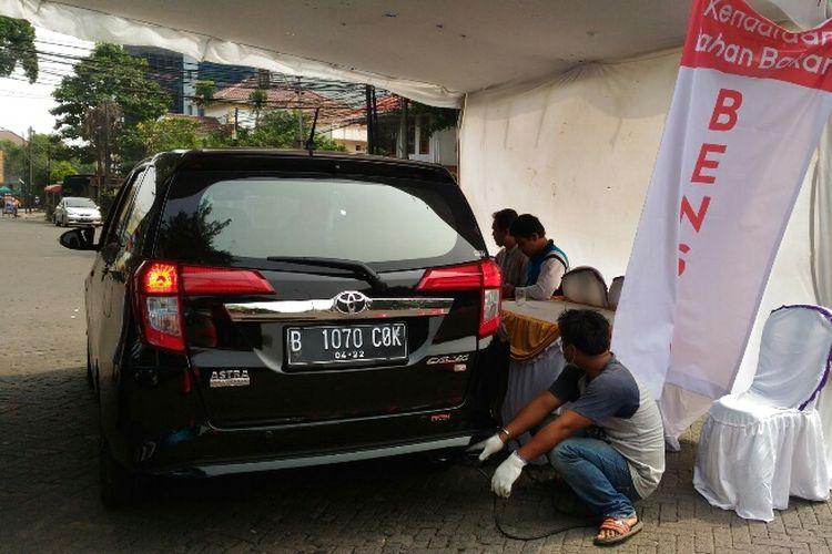Suku Dinas Lingkungan Hidup Jakarta Pusat menggelar uji emisi gratis kendaraan bermotor di Kawasan Tugu Proklamasi, Menteng, Jakarta Pusat, Selasa (16/5/2017).