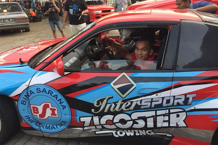 Pemain klub Persija Jakarta, Riko Simanjuntak saat berada di dalam mobil yang akan mengadakan aksi drifting di Asphalt Area Intersport, Indonesia International Motor Show (IIMS) 2018, Sabtu (28/4/2018).