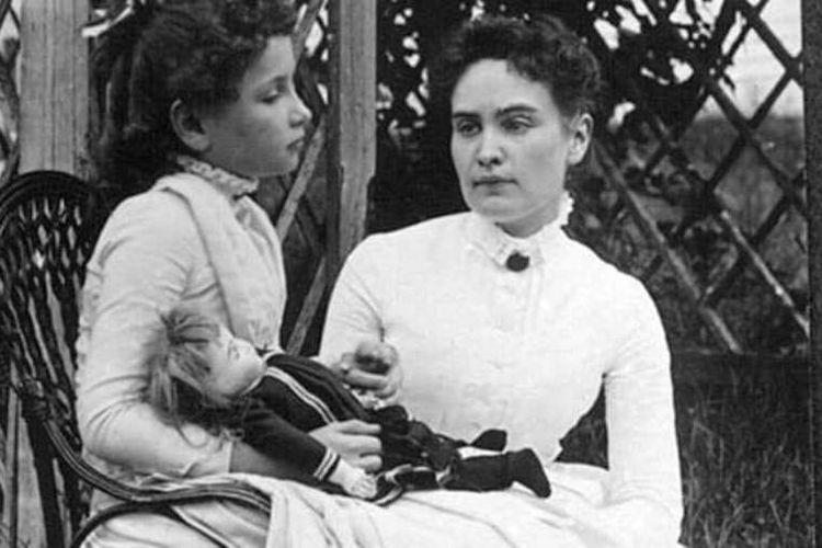 Helen Keller bersama dengan gurunya, Anne Sullivan.