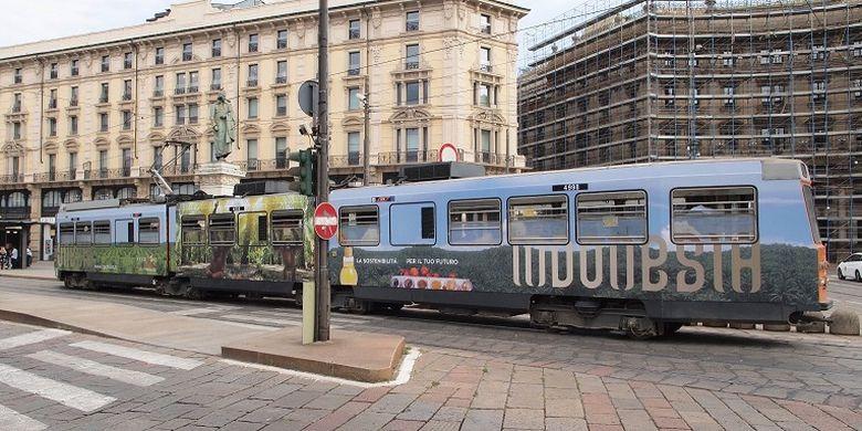Tram yang merupakan sarana transportasi utama di Milan dan bus kota di Napoli, di Italia, dihiasi dengan gambar produk ekspor dan objek wisata pulau komodo. Foto ini diambil di Milan.