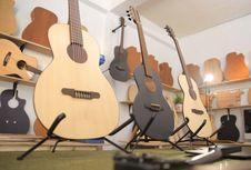Warga Bandung Bikin Gitar Akustik Paling Tipis di Dunia
