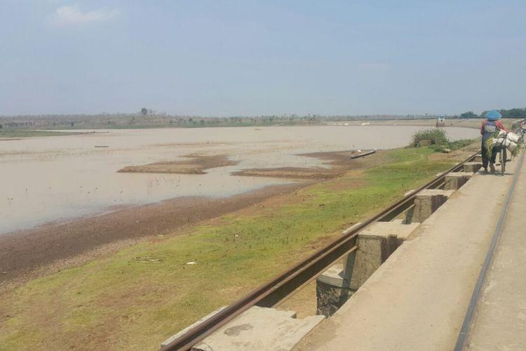 KRITIS--Waduk Dawuhan di Desa Sidomulyo, Kecamatan Wonoasri, Kabupaten Madiun debit airnya kritis menyusul bencana kekeringan yang melanda tiga bulan terakhir.