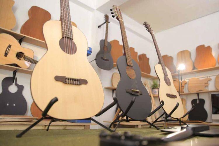 Anymo, gitar tertipis di dunia asal Bandung. Sekalipun ruang yang tersedia cukup kecil, ia bisa memanfaatkan penciptaan bunyi dari ruang mikro. Istilah tersebut dinamai microchamber.