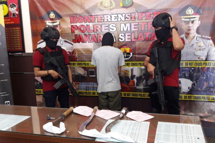 1 pelajar SMK berinisial AH tewas saat tawuran terjadi antara SMAN 32 Jaksel dan SMK Muhammadiyah Jakbar di Jalam R. Soepeno, Grogol Utara, Kebayoran Lama, Jakarta Selatan, Kamis (6/9/2018).
