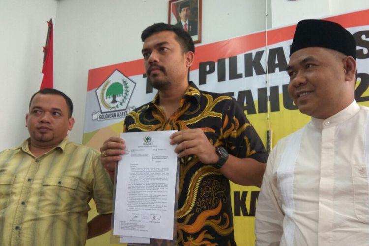Wakil Sekretaris Jenderal Partai Golkar, Maman Abdurrahman menunjukkan surat keputusan penetapan pasangan calon kepala daerah dan wakil kepala daerah Provinsi Kalimantan Barat (7/10/2017)