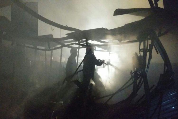 Petugas Dinas Pemadam Kebakaran PB Kota Bandung tengah melakukan pemadaman kebakaran pasar Ujungberung.