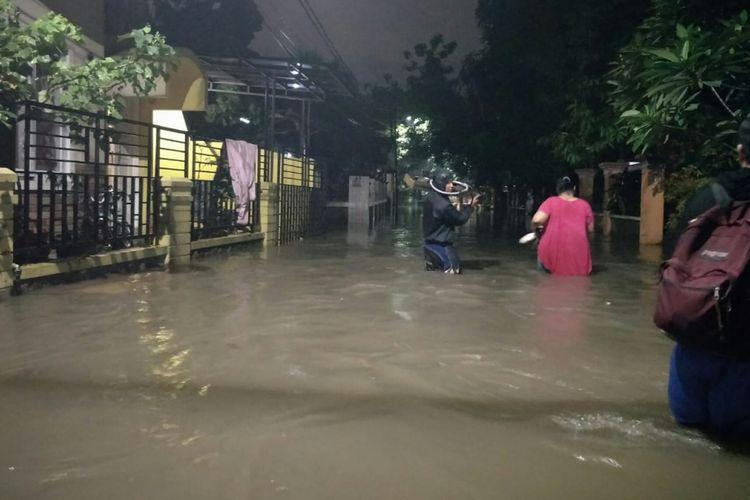 Banjir hingga 150 sentimeter rendam pemukiman warga di Jalan Hadidji, Ciracas, Jakarta Timur, Senin (11/2/2019)