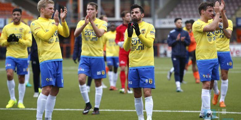 Gelandang SC Cambuur, Stefano Lilipaly (nomor punggung 8), memberikan tepauk tangan kepada suporter seusai laga melawan Volendam, Minggu (19/3/2017).