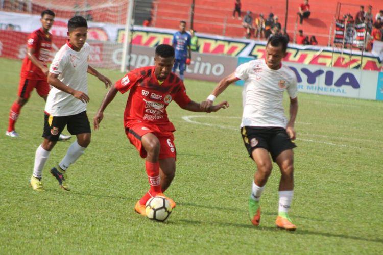 Pemain Persibat mengadang pemain Semen Padang dalam laga Liga 2 Indonesia, Jumat (14/9/2018)