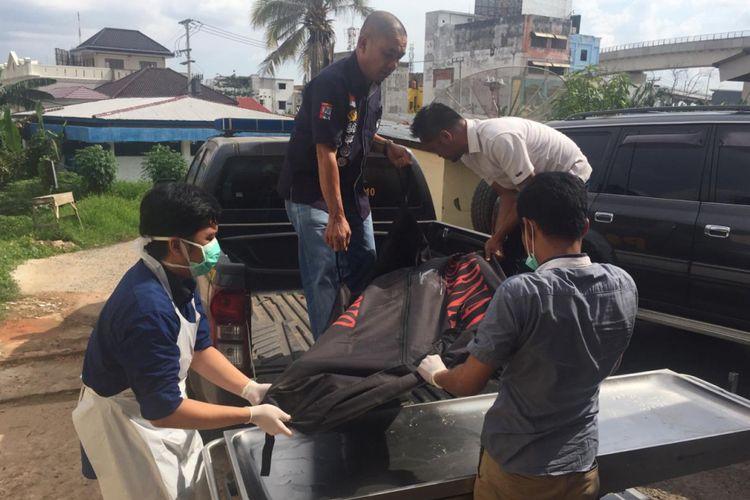 Jenazah Marsudi Mastam (80) yang ditemukan tewas di Sungai Musi ketika berada di Rumah Sakit (RS) Bhayangkara Palembang, Sumatera Selatan, Sabtu (12/1/2019). Mastam sebelumnya dikabarkan hilang sejak dua hari kemarin sebelum ditemukan tewas.