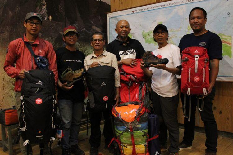 """Sebagian tim Ekspedisi 28 Gunung di 34 provinsi di Indonesia.(ARSIP EIGER)  Artikel ini telah tayang di Kompas.com dengan judul """"Kenalkan Gunung di Indonesia, Ekspedisi 28 Gunung Dibukukan"""", https://travel.kompas.com/read/2018/10/30/065845527/kenalkan-gunung-di-indonesia-ekspedisi-28-gunung-dibukukan.  Penulis : Kontributor Bandung, Reni Susanti Editor : I Made Asdhiana"""