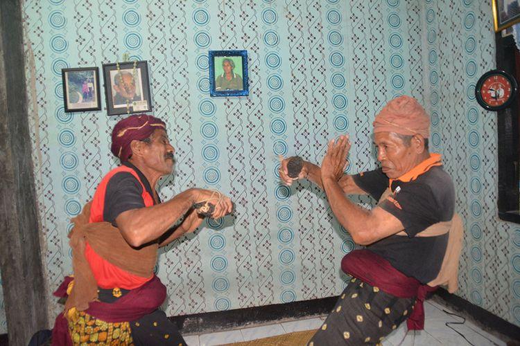 Dua Teke Mere atau Pemangku adat, Paulinus Poso dan Adam Jago memperagakan Etu atau tinju adat di Kampung Wulu Nua Puu, Desa Wuliwalo, Kecamatan Mauponggo, Kabupaten Nagekeo, Flores, NTT, Rabu (27/2/2019).