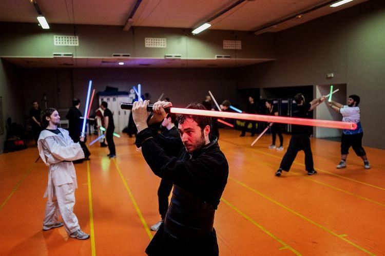 Anggota dari klub anggar lightsaber, Lyon La Rapiere, di Lyon, Perancis, saat berlatih.