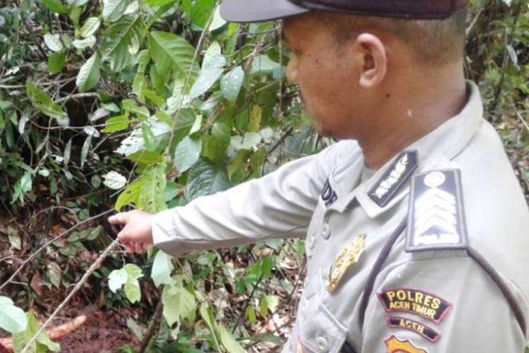 Polisi memperlihatkan bangkai gajah di Kompleks Conservation Respon Unit (CRU) Desa Bunin, Kecamatan Serbajadi, Kabupaten Aceh Timur, Sabtu (9/6/2018).