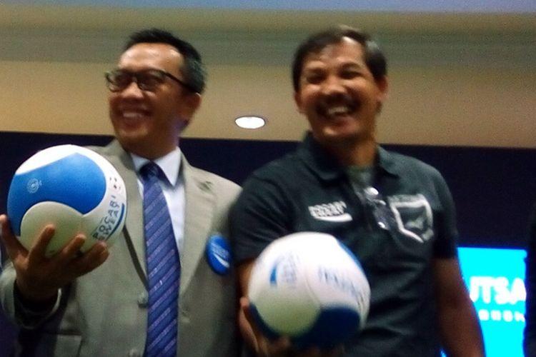 Menteri Pemuda dan Olahraga Imam Nahrawi (kiri) dan legenda sepak bola Indonesia Ricky Yacobi (kanan) berpose bersama saat pergelaran  grand championship Pocari Sweat Futsal Championship (PSFC) di Jakarta pada Selasa (13/11/2018).