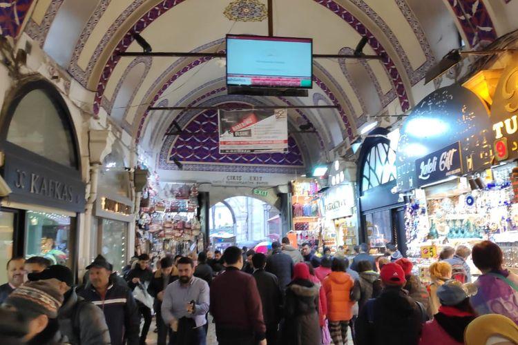 Wisatawan memenuhi lorong Grand Bazaar di Turki.