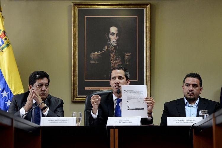 Pemimpin oposisi Venezuela Juan Guaido (tengah), diapit oleh wakil presiden pertama Majelis Nasional Edgar Zambrano (kiri) dan wakil presiden kedua Stalin Gonzalez (kanan), di Caracas, Venezuela, pada 16 April 2019. (AFP/MATIAS DELACROIX)