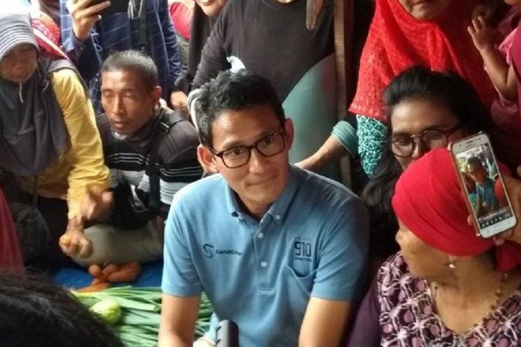 Sandiaga Uno berbincang dengan sejumlah pedagang dan pengunjung Pasar Cik Puan Pekanbaru saat datang ke Riau, Selasa (4/9/2018).