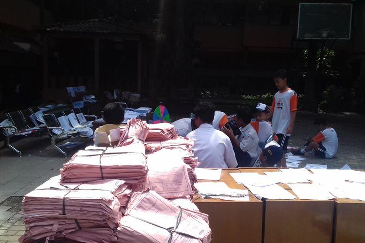 Sejumlah berkas SMPN 18 Kota Malang yang berhasil diselamatkan dari banjir dijemur, Selasa (11/12/2018)