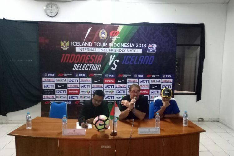 Pelatih Indonesia Selection, Robert Rene Alberts (tengah), menghadiri sesi konferensi pers seusai laga melawan Islandia, di Stadion Maguwoharjo, Sleman, Yogyakarta, Kamis (11/1/2018).