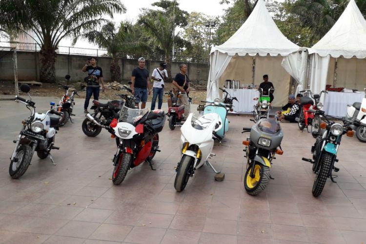 Deretan sepeda motor berukuran kecil yang meramaikan gelaran Otobursa Tumplek Blek 2018 di Gambir Expo, JIExpo Kemayoran, Jakarta pada penyelenggaraan hari pertama, Sabtu (21/7/2018).