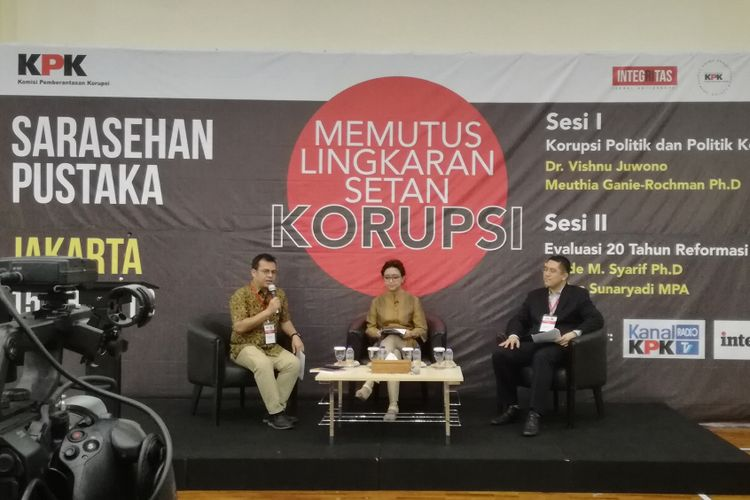 Pakar Organisasi Sosial Universitas Indonesia (UI) Meuthia Ganie Rochman (tengah) dan  Pakar Administrasi Publik UI Vishnu Juwono (paling kanan)dalam diskusi bertajuk Memutus Lingkaran Korupsi di gedung KPK, Jakarta, Rabu (15/8/2018).