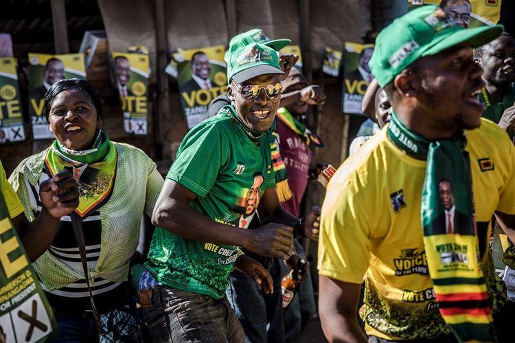 Pendukung Emmerson Mnangagwa merayakan kemenangan calon presiden pilihan mereka di Harare, Jumat (3/8/2018).