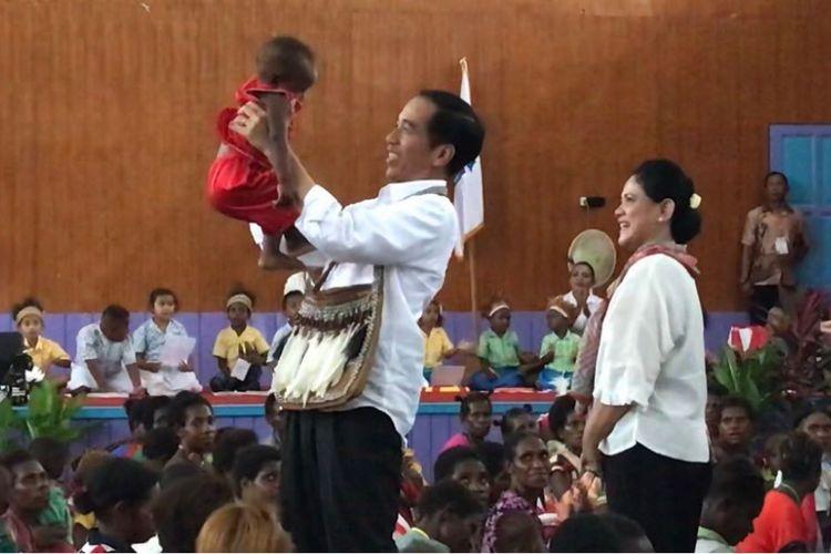 Presiden Joko Widodo ketika blusukan di Kampung Kayeh, Kota Agats, Kabupaten Asmat, Kamis (12/4/2018).