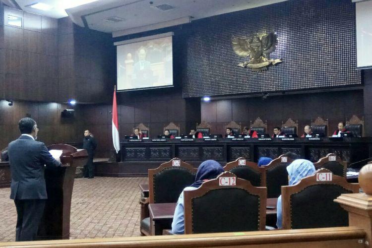 Mantan Wakil Ketua Komisi Pemberantas Korupsi (KPK),Bambang Widjojanto memberikan keterangan dalam sidang uji materi soal hak angket yang digelar di Mahakamah Konstitusi, Selasa (5/9/2017). Bambang menjadi ahli dari salah satu pemohon uji materi.