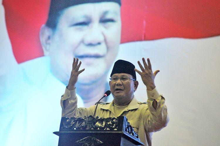 Calon Presiden nomor urut 02 Prabowo Subianto menyampaikan pidato politik di hadapan pendukungnya di Jambi, Kamis (14/3/2019). Dalam kunjungan bertajuk Prabowo Menyapa Masyarakat Provinsi Jambi yang dihadiri ribuan pendukung tersebut, Prabowo menyoroti sejumlah persoalan diantaranya soal tarif listrik, sembako dan harga jual hasil perkebunan. ANTARA FOTO/Wahdi Septiawan/ama.