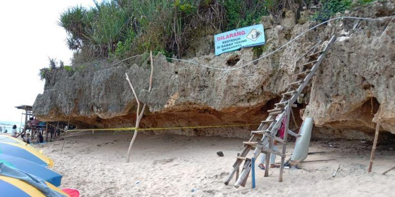 Petugas kepolisian memasang garis polisi di sekitar ceruk tebing di Pantai  Ngandong, Gunungkidul, DIY, untuk mengantisipasi wisatawan berlindung di dalam ceruk saat liburan Natal dan Tahun Baru, Senin (24/12/2018).