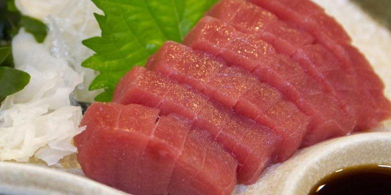 Restoran Yanagi-bashi Kadoju, dekat Stasiun Nagoya, Jepang ini memiliki banyak menu selain Nabe, seperti yakitori (sate ayam Jepang), tempura, dan sashimi ikan tuna yang paling digemari.