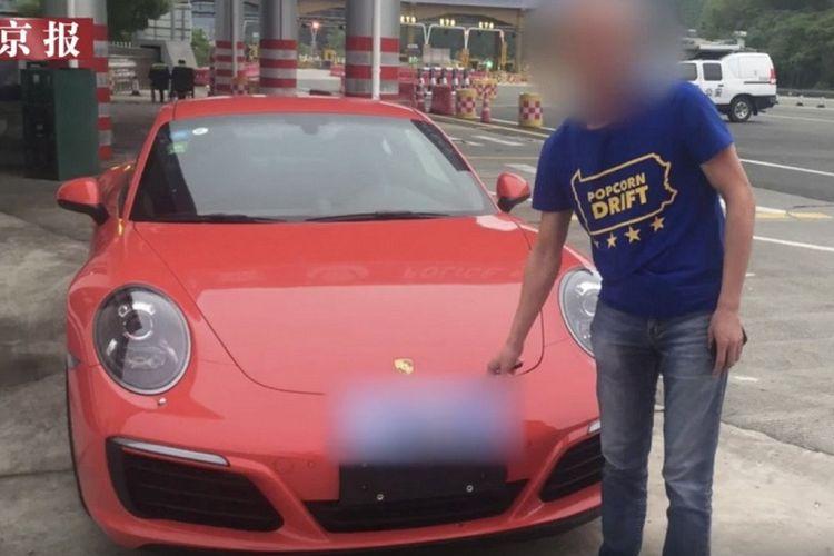 Zhu, pengusaha muda asal Zhejiang, China, didenda dan SIM-nya dicabut sementara akibat mengendarai mobil dengan pelat nomor sementara yang sudah lewat masa berlakunya.