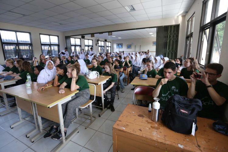 Para pelajar belanda belajar bersama saat berkunjung ke sejumlah wilayah di Indonesia di SMA Negeri 2 Kota Tangerang, Senin (31/7/2017). Dalam kunjungan tersebut sebanyak 36 pelajar tingkat SMA, 6 guru dan 1 orang Dokter dari belanda diperkenalkan budaya dan lingkungan di Indonesia.