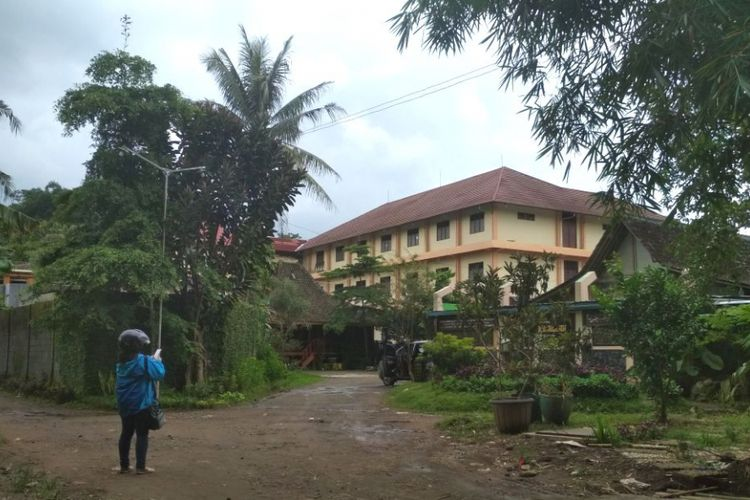 Kompleks sekolah dan Ponpes Sirojul Mukhlasin Payaman II, di Desa Krincing, Kecamatan Secang, Kabupaten Magelang, Jawa Tengah, Senin (12/2/2018).