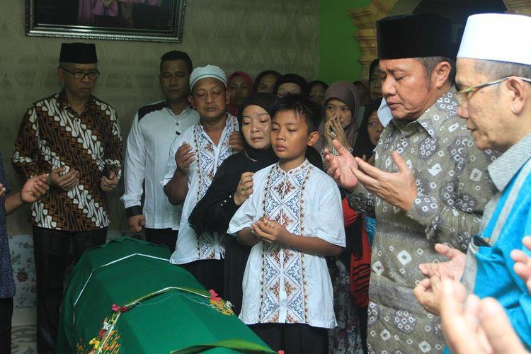 Gubernur Sumatera Selatan Herman Deru saat mengunjungi kediaman WJ (14) siswa yang tewas usai mengikuti kegiatan orientasi di SMA Semi Militer Plus Taruna Indonesia,Sabtu (20/7/2019).