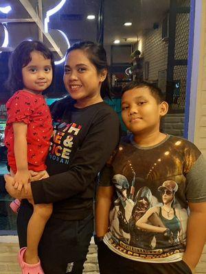 Nurlaila dan dua anaknya saat dijumpai Kompas.com, Minggu (11/11/2020)