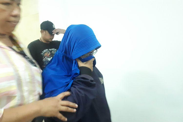 Polisi merempuan yang diduga merekam dan menyebarkan video HS, tersangka yang mengancam penggal kepala Presiden Joko Widodo, Rabu (15/5/2019). (KOMPAS.COM/ RINDI NURIS VELAROSDELA).