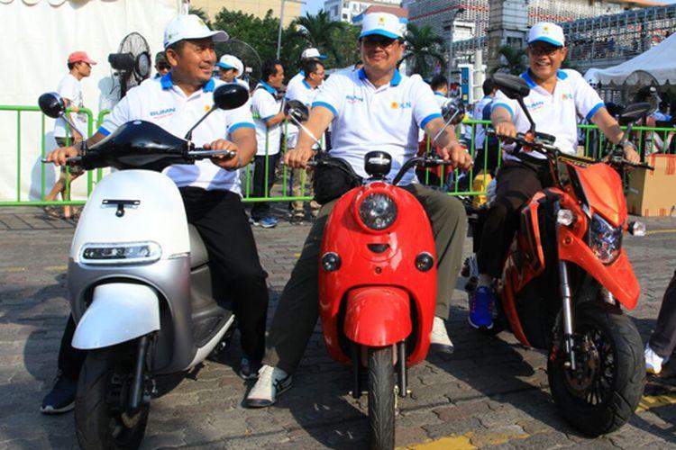 Direksi dan Komisaris PLN saat test drive motor listrik pada Car Free Day dalam rangka Hari Pelanggan Nasional di Jakarta (10/9)
