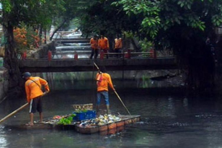 Sebanyak 70 petugas gabungan Barat melakukan kerja bakti di Kali Cibubur dan memperbaiki trotoar Jalan Krendang Utara, Tambora.