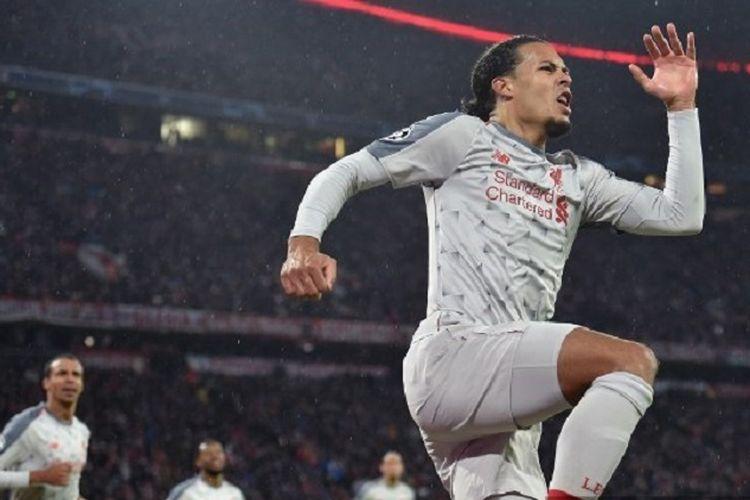 Bek Liverpool, Virgil van Dijk (loncat), merayakan gol yang dicetaknya pada babak 16 besar Liga Champions antara Bayern Muenchen vs Liverpool di Allianz Arena, Rabu (13/3/2019) atau Kamis dini hari WIB.