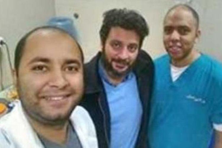 Dr Mohamed Yahya Ismail (tengah) mengenakan pakaian kasual saat hadir dalam rapat yang membuatnya dipecat dari jabatannya sebagai direktur rumah sakit.